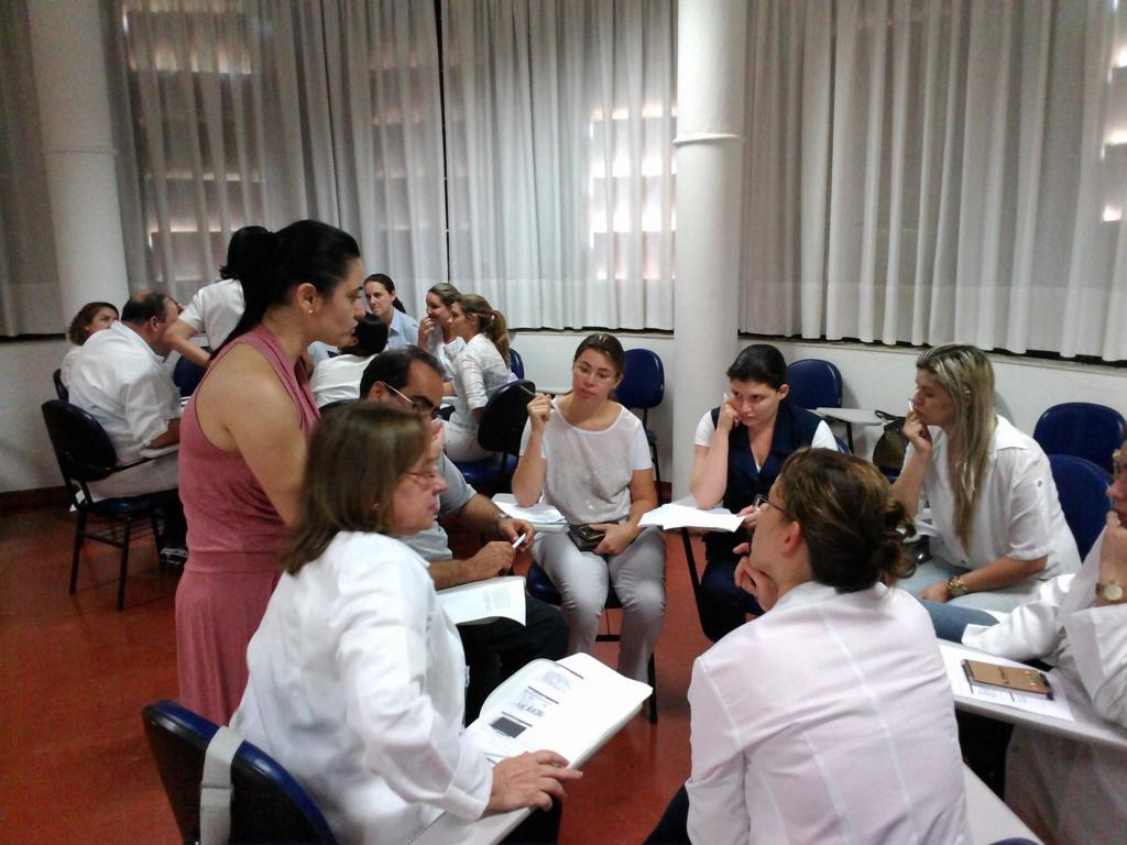 Equipes discutem sobre a segurança do paciente.